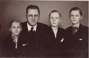 Ján Vladimír Hroboň so synmi Dušanom, Bohdanom a Milošom